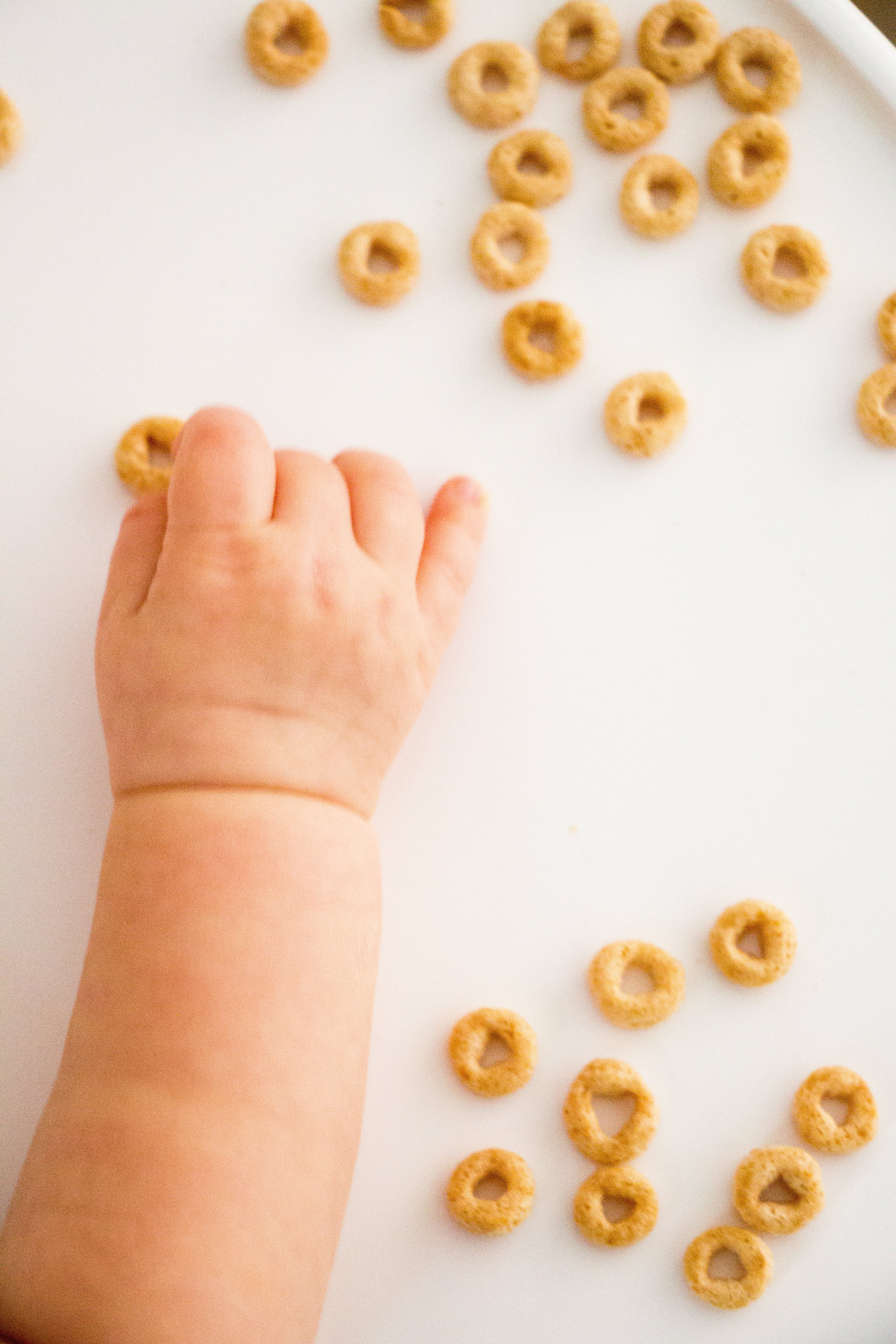 Thinking of trying baby led weaning with your baby? We share the dos and don'ts in this BLW beginners guide for starting solids without spoon-feeding.