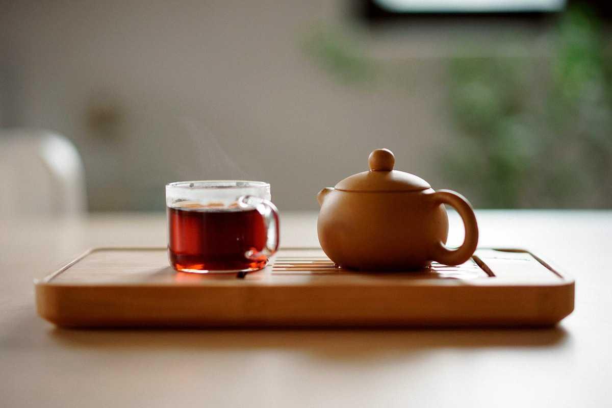 A GOOP detox tea with a tea kettle beside it.